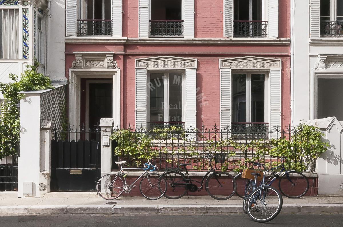 HOTEL PARTICULIER DE 350 M2 AVEC JARDIN